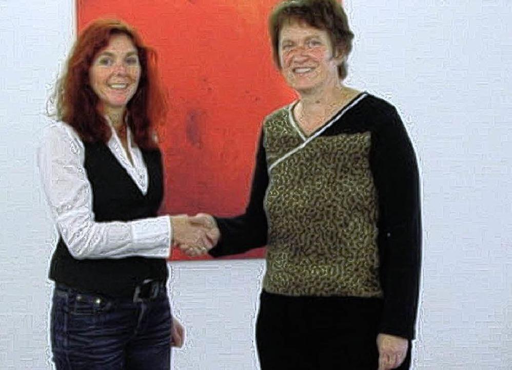 Marika Essig (links) von der Firma  Sc...ukolere Wamu bei der Spendenübergabe    | Foto: privat
