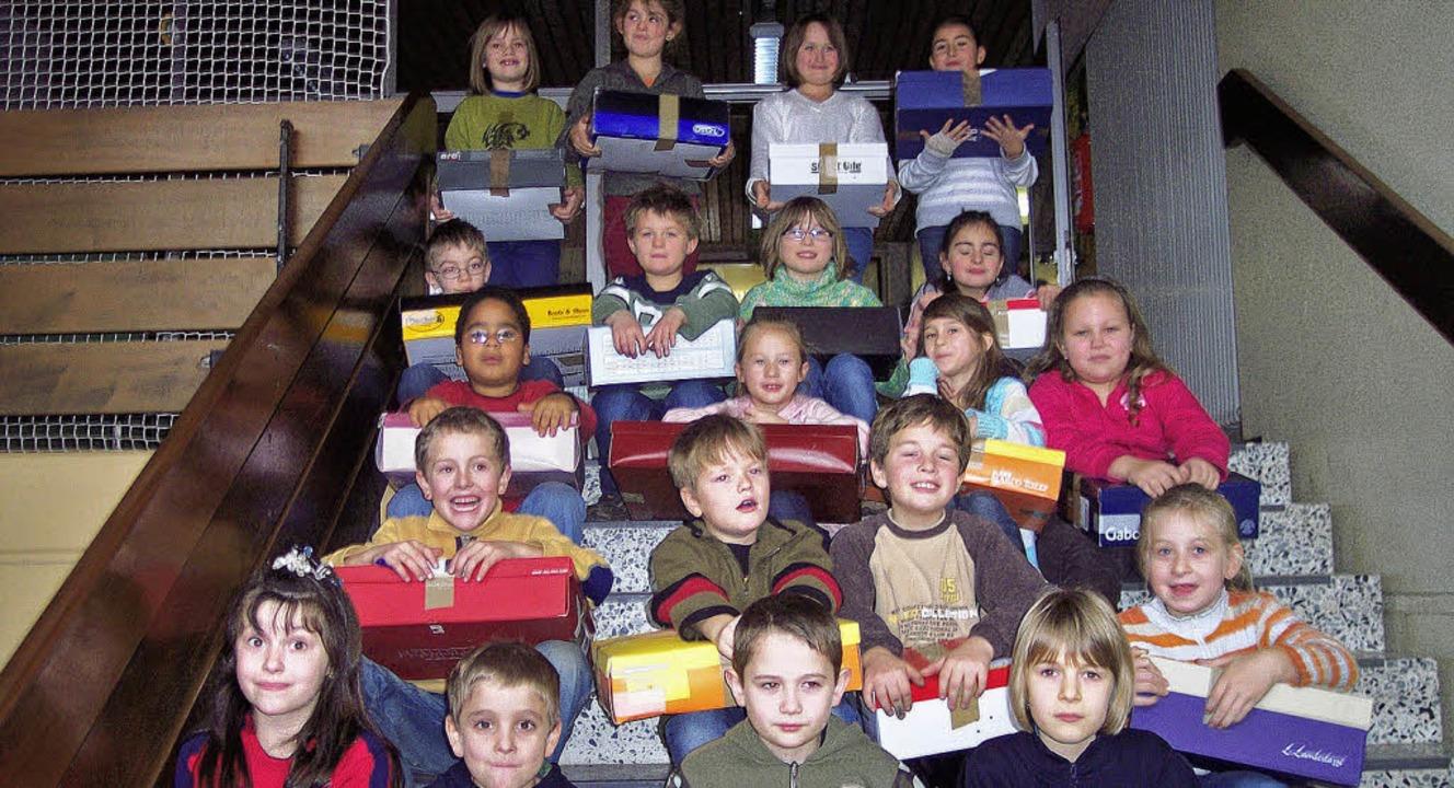 115 Päckchen voll mit Weihnachtsfreude...ür  bedürftige Straßenkinder in Kiew.   | Foto: Schule
