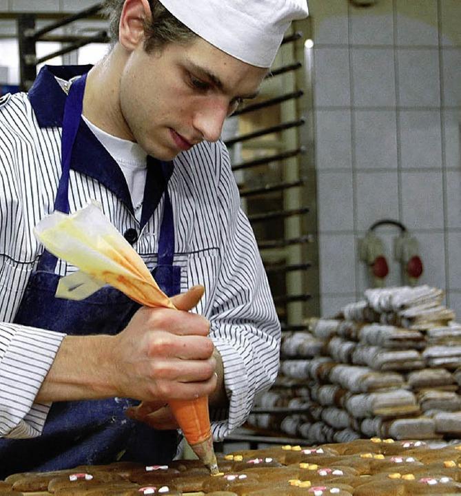 Das Tüpfelchen auf dem Lebkuchen: Joël Habsiger verziert.   | Foto: Nückles