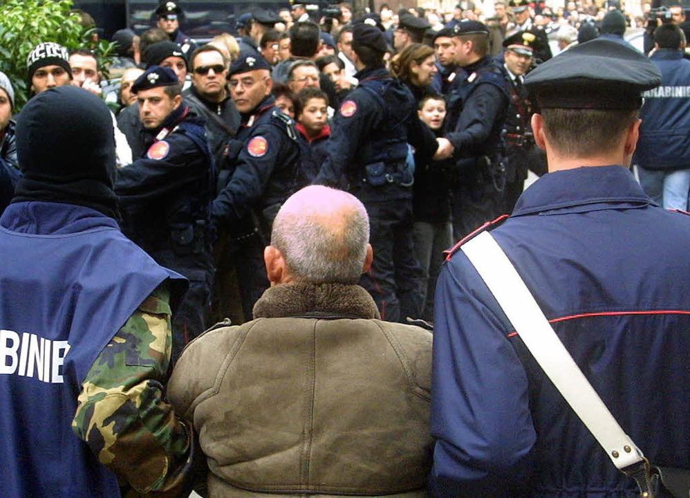 Ein mutmaßliches Mitglied der Cosa Nostra wird abgeführt.     Foto: AFP
