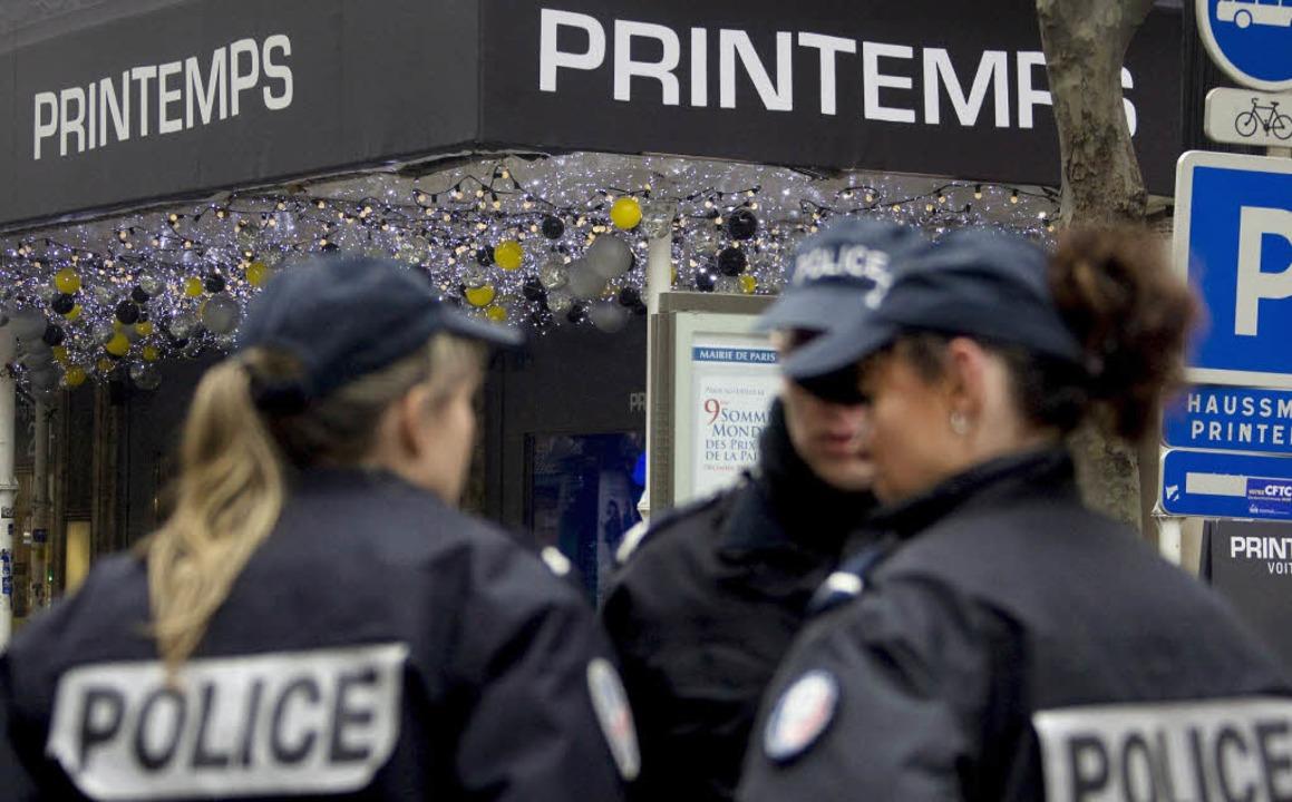 """Schrecken im """"Printemps"""":  Das Kaufhaus wurde abgesperrt.    Foto: DPA"""