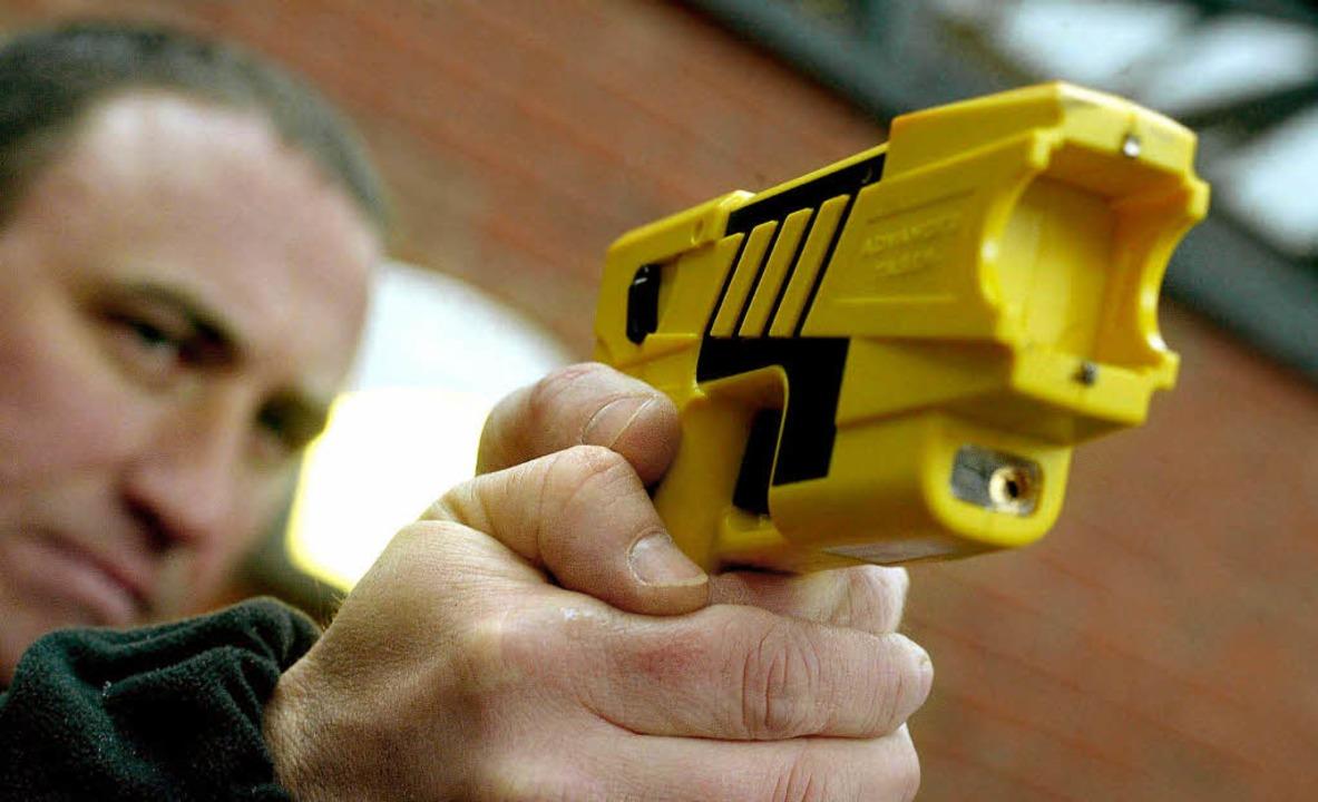 Britischer Polizist mit Taserwaffe    Foto: afp