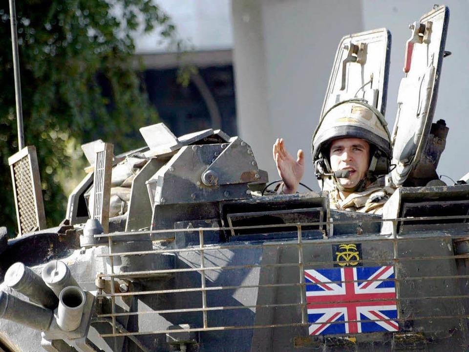 Ein britischer Soldat bei einer Kontrolle in Basra, Irak.     Foto: dpa