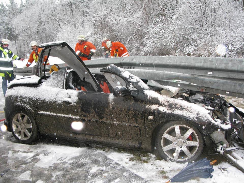 Bei dem Unfall auf der A5 wurde der Fahrer schwer verletzt.    Foto: -