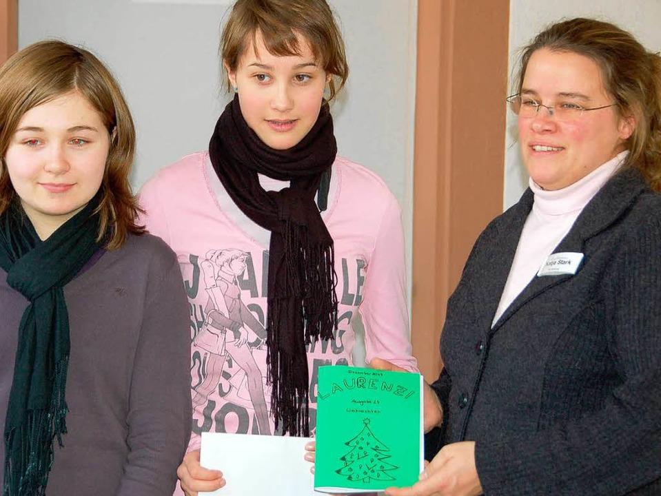Stefanie Maier und Anna Jäger haben di...on links) des Altenzentrums übergeben.    Foto: Sebastian Barthmes