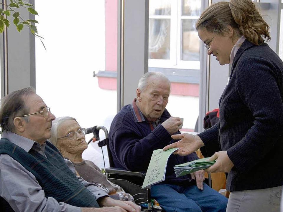 Katja Stark verteilte die neue Lektüre...anwesenden Bewohner des Altenzentrums.    Foto: Sebastian Barthmes