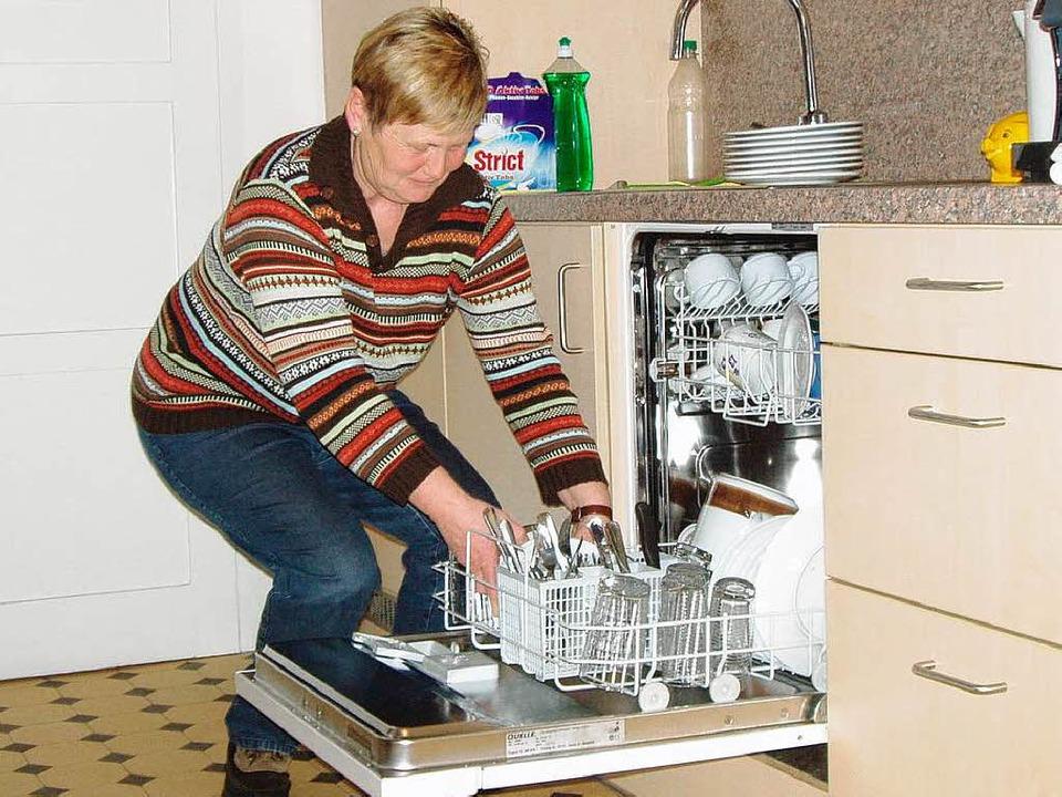Christa Hogg demonstriert die optimale...im Ausräumen der Geschirrspülmaschine.  | Foto: Martha Weishaar