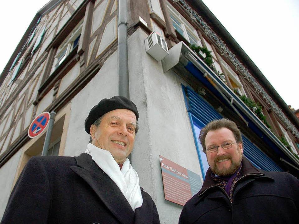 Bernhard Klär (links) hat Leben und We...e die entsprechende Hinweistafel vor.     Foto: rab
