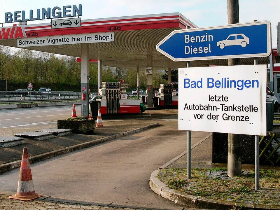 Die Tankstelle bleibt unverändert, die...llingen wird von Januar an neu gebaut.  | Foto: Bernd Michaelis