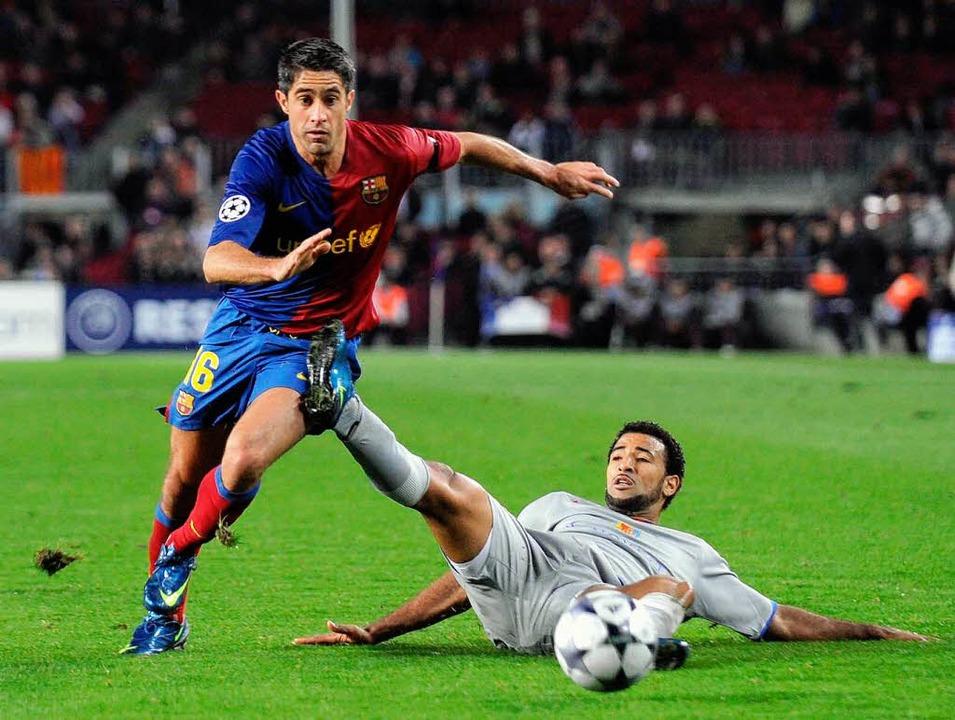 Der Basler Carlitos versucht vergeblich Barca-Spieler Sylvinho zu stoppen.  | Foto: Meinrad Schön