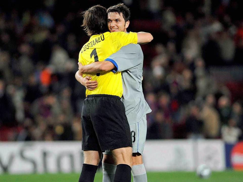 Beg Ferati und Torwart Franco Costanzo...iff beim 1:1 des FC Basel in Barcelona  | Foto: meinrad schön