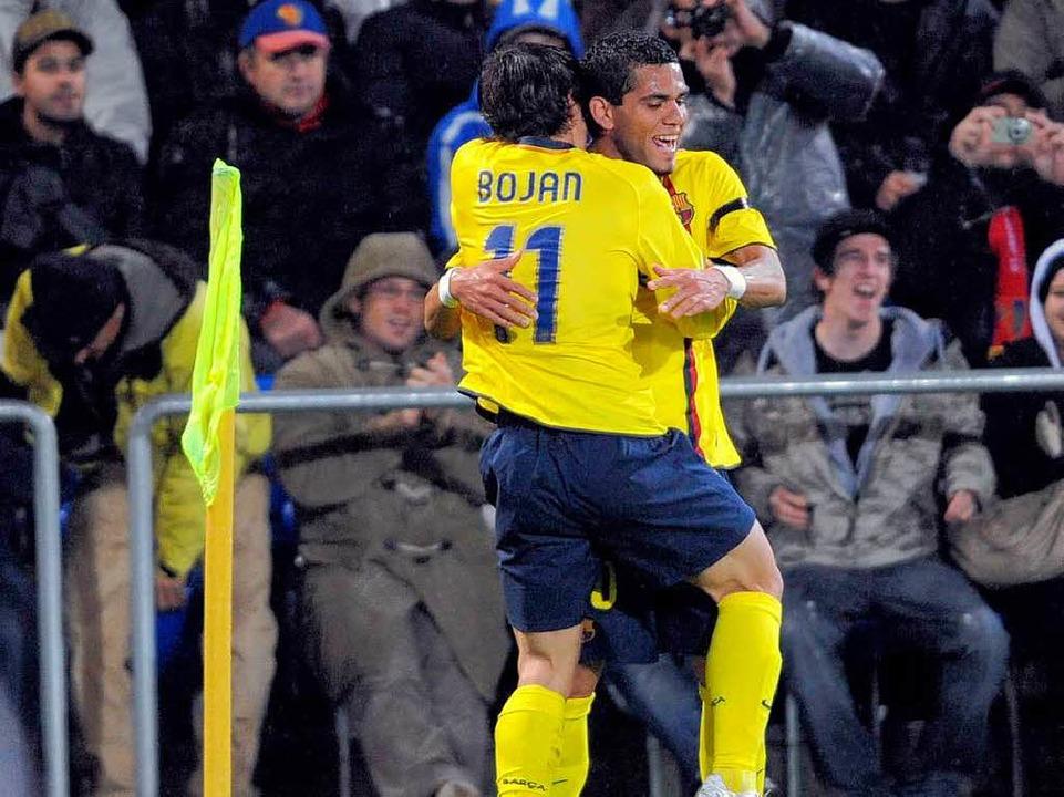 Bojan feiert mit einem Mitspieler sein Tor beim 5:0-Sieg Barcelonas in Basel.  | Foto: Meinrad Schön