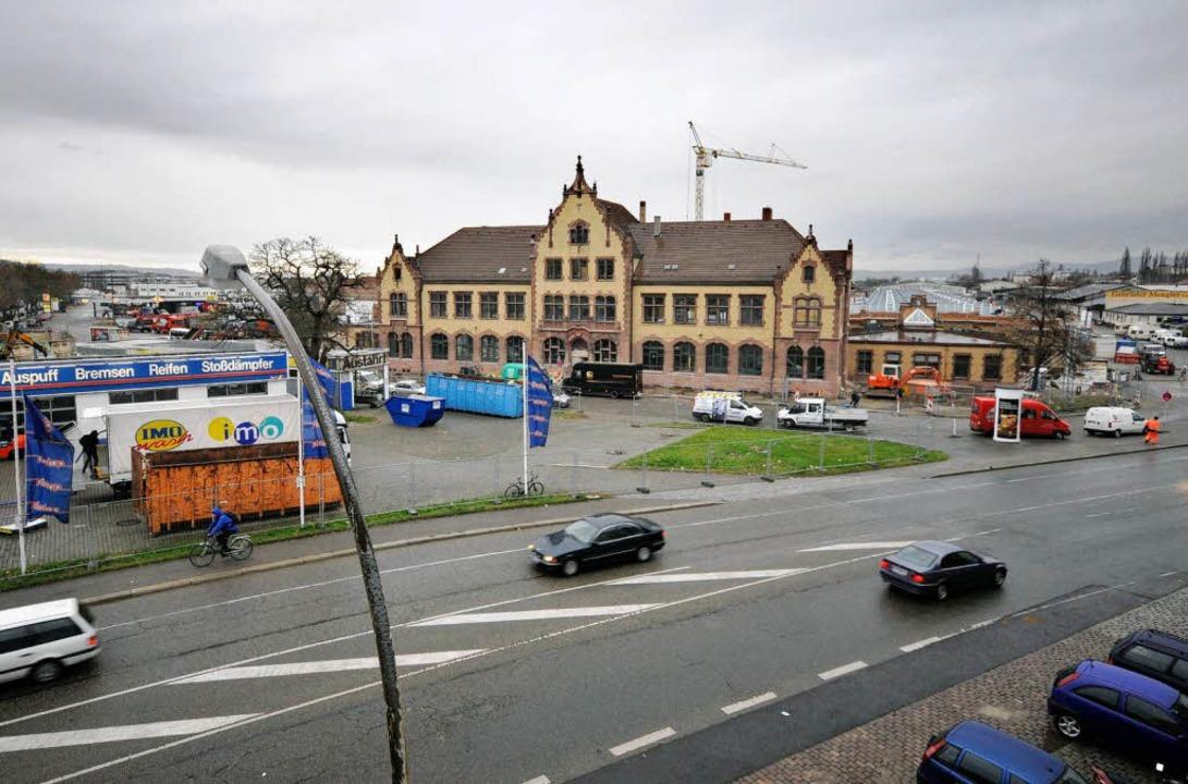 Der Auftakt ist geschafft: das Zollenhallengebäude am Güterbahngelände Nord.  | Foto: Ingo Schneider