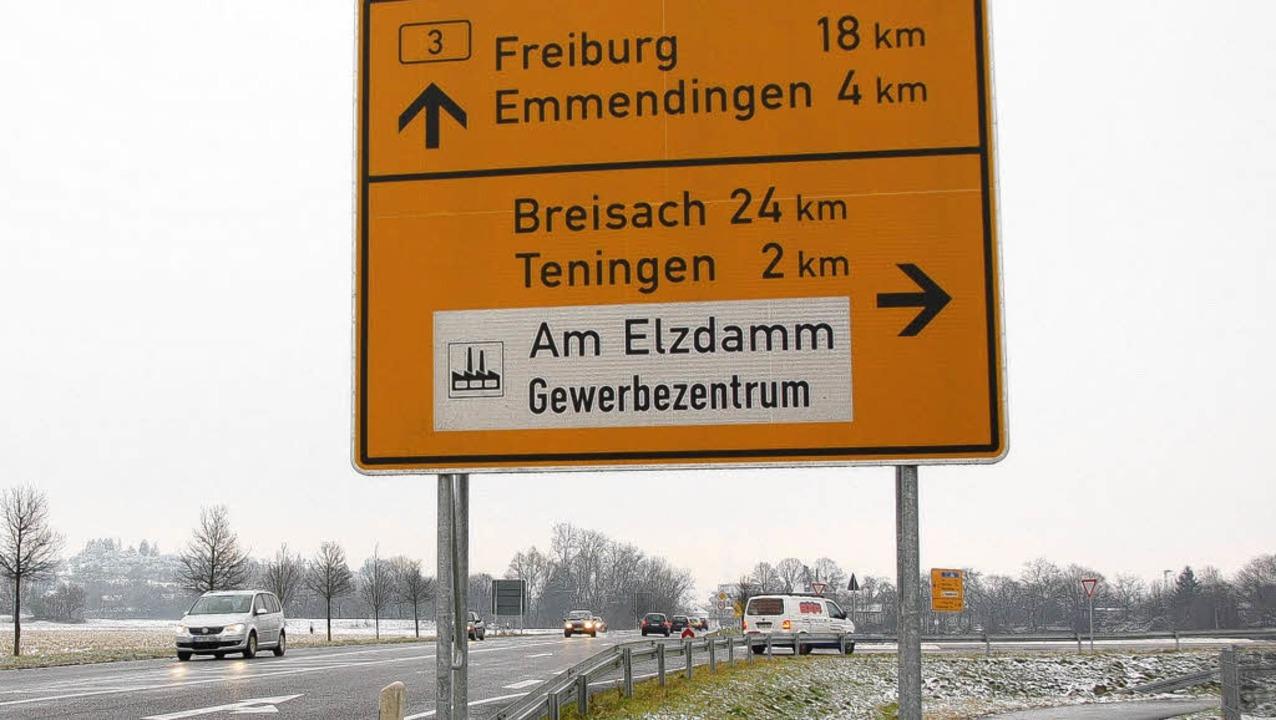 Rechts geht's von der B3 ... unbegründet an und hält daran fest.      Foto: Hans-Jürgen Truöl