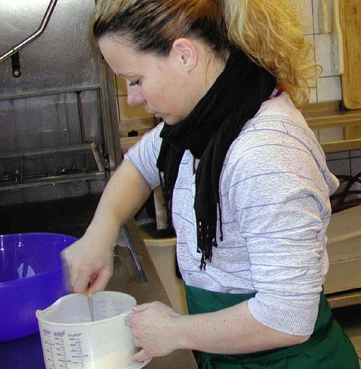 Gesundes Kochen ist nur ein Baustein d...e Sozialarbeiterin Christiane Sziwek.   | Foto: Mink