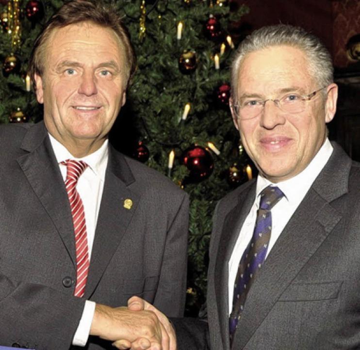 Reinhard Schill (rechts) überreicht Roland Mack den Scheck.   | Foto: bz