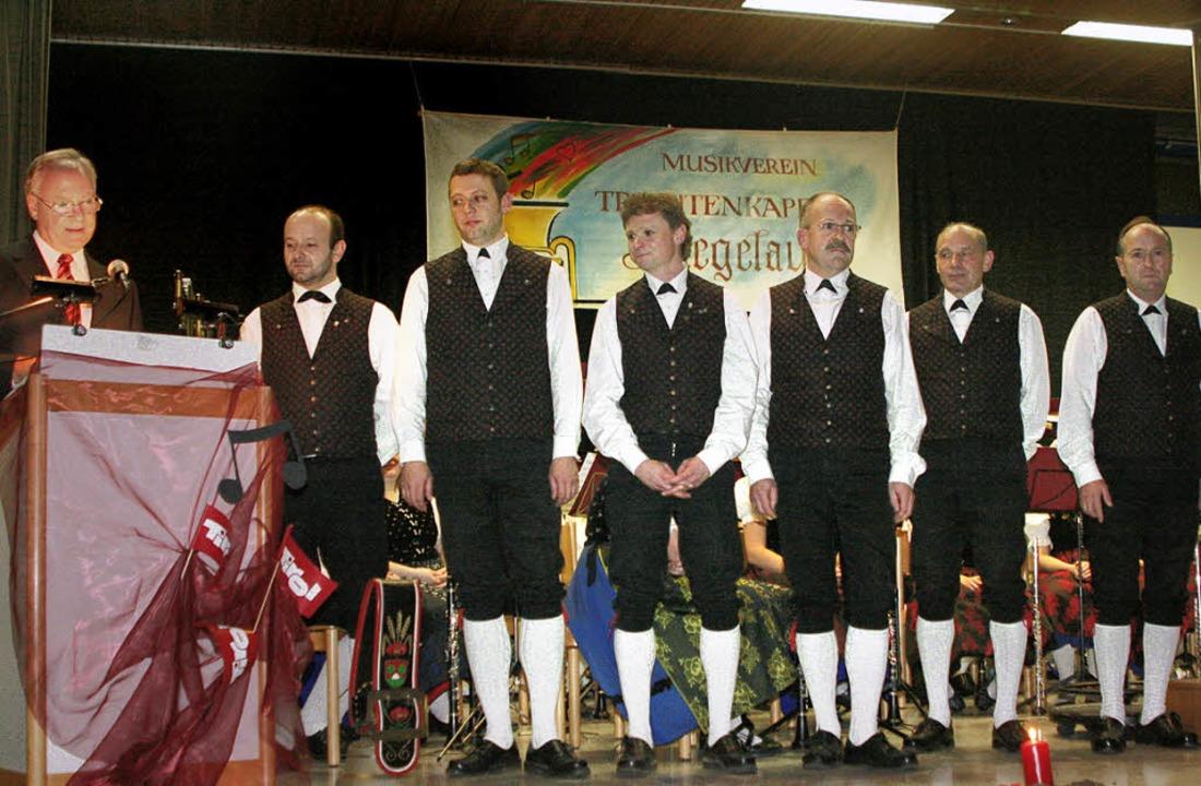 OBV-Präsident Dr. Harald Bobeth konnte...für 40 Jahre aktives Musizieren ehren.  | Foto: Gerda Oswald