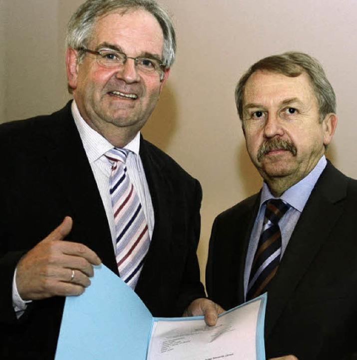 Kultusminister Helmut Rau (rechts) übe...Helmut Rüdlin die Bestellungsurkunde.   | Foto: BZ