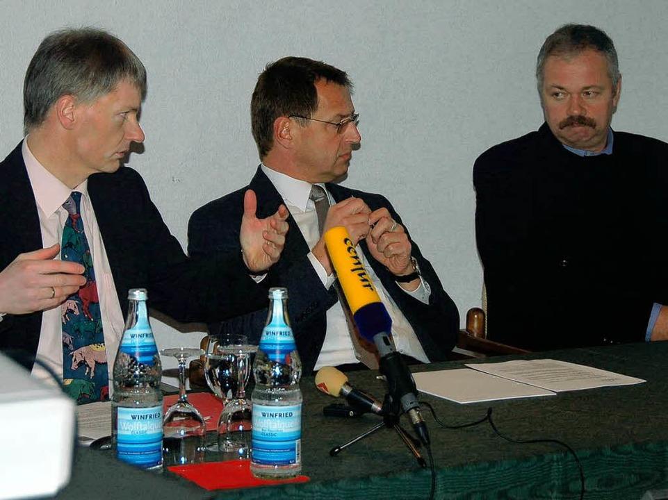 Bürgermeister Michael Benitz, Rechtsbe...om Landesamt für Geologie (von links).  | Foto: Markus Donner