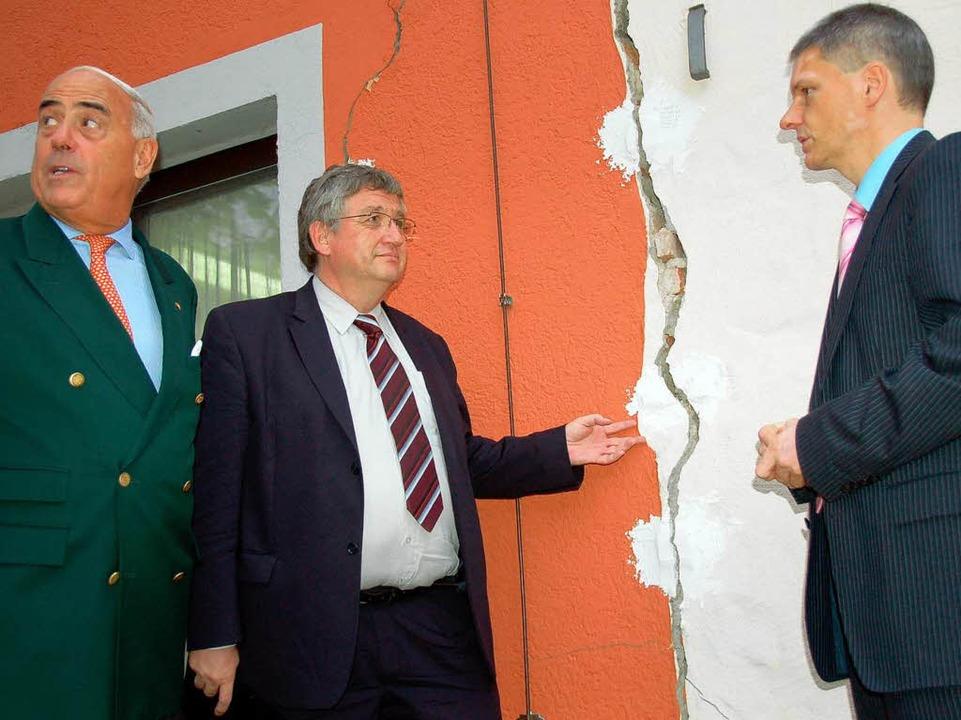 Staatssekretär Gundolf Fleischer, Regi...nitz besichtigen eine schadhafte Wand.  | Foto: Markus Donner