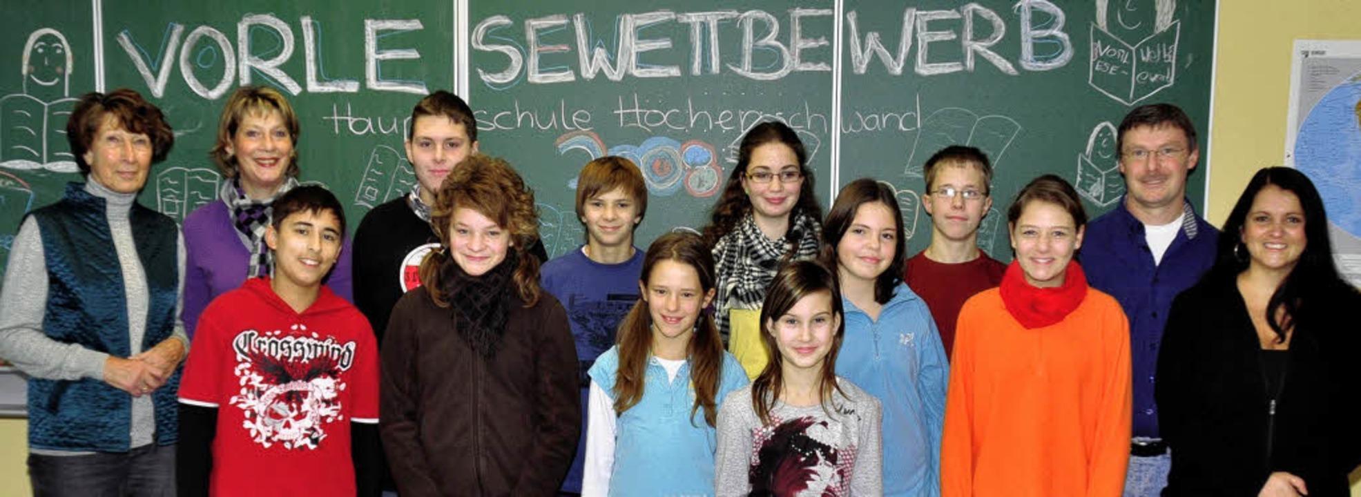 Die Finalisten des internen Lesewettbe...echts)  und Schulleiter Arno Wagner       Foto: Stefan Pichler