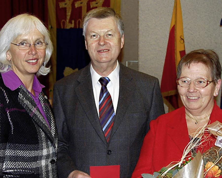Oberbürgermeisterin Heute-Bluhm ehrte ... Ihr Dank galt auch Gertrud Guggemos.     Foto: Ehrentreich