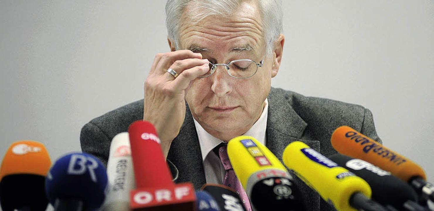 Bohrende Fragen an  Oberstaatsanwalt Helmut Walch     Foto: DPA