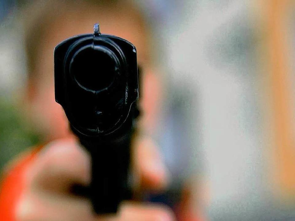 Mit vorgehaltener Waffe überfiel ein Mann die Sparkassenfiliale in Niederhausen.  | Foto: dpa