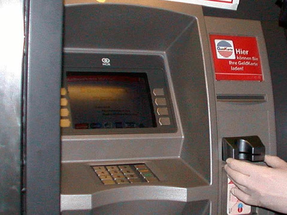Funktionierte zeitweise nicht mehr: Geld abheben für Kunden der Sparkasse.    Foto: LKA