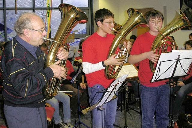 Jungmusiker spielen zum Advent