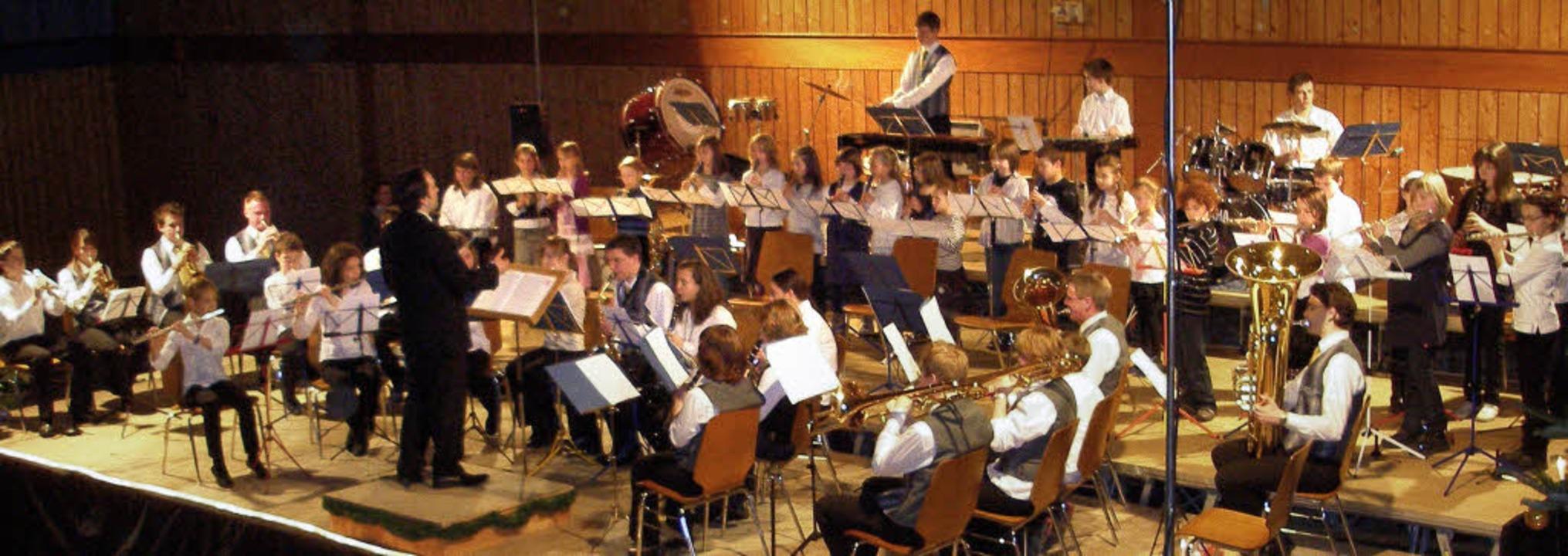 Das Jugendorchester spielt eine wichti...; im Hintergrund die 20 Flötenspieler.  | Foto: Karlernst Lauffer
