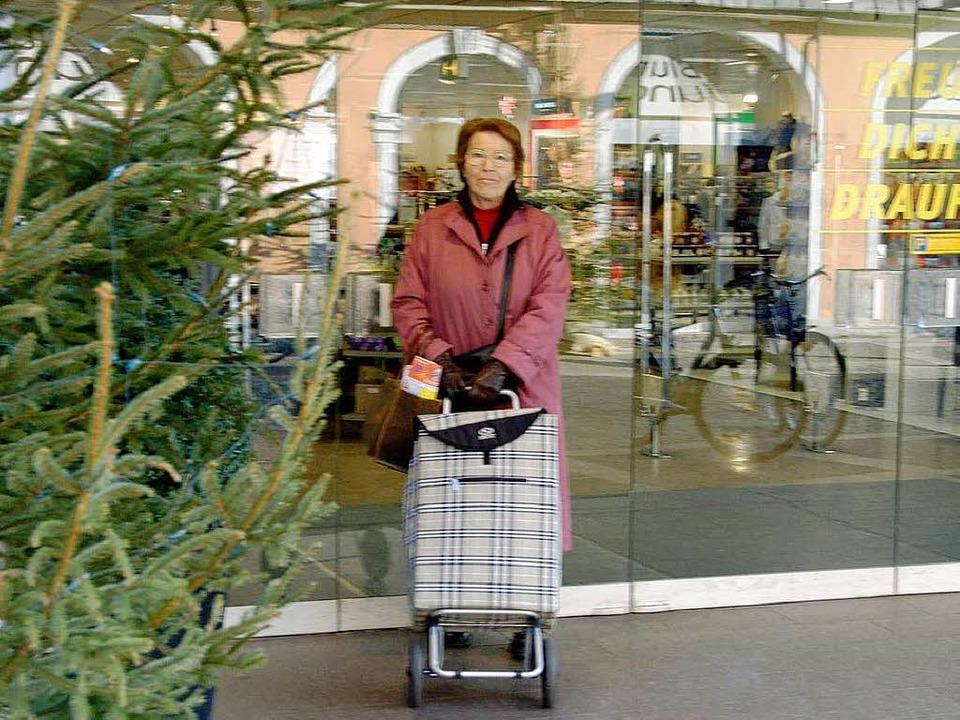 Ruth Treher hat noch einmal die Gelegenheit zum Einkaufen in der Stadt  genutzt.  | Foto: Sarah Nagel