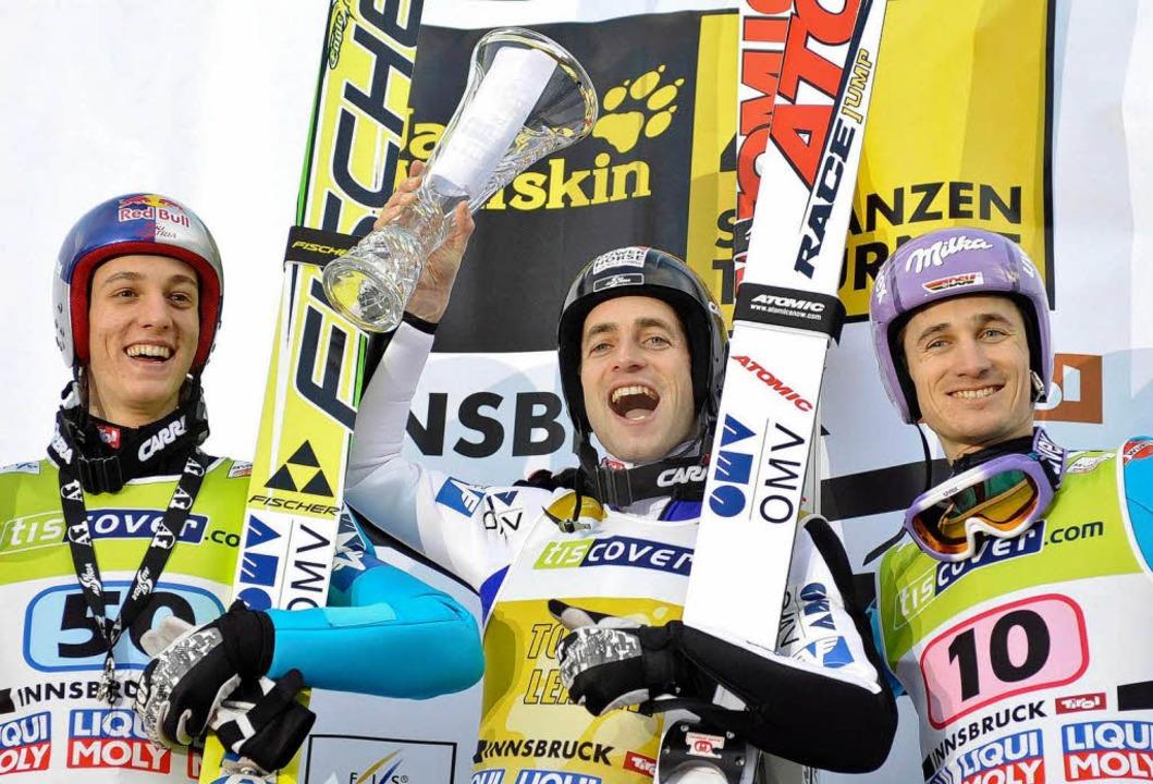 Die Skispringer (v.l.) Gregor Schliere...oitzl (Österreich) und Martin Schmitt.  | Foto: dpa