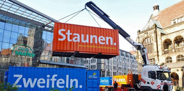 Diese beiden Übersee-Container stehen ...tag auch auf dem Lahrer Rathausplatz.     Foto: BZ