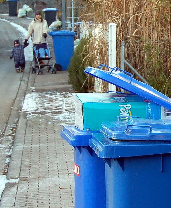 Papiertonnen am Straßenrand in Windenreute.   | Foto: Truöl