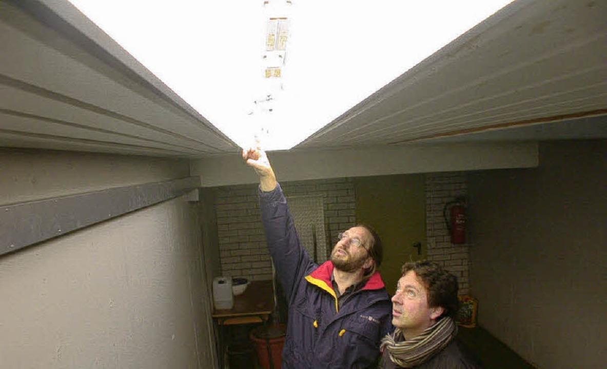 Hell strahlen soll alsbald die Energie...r gerade eine alte Leuchte im Keller.   | Foto: André Hönig