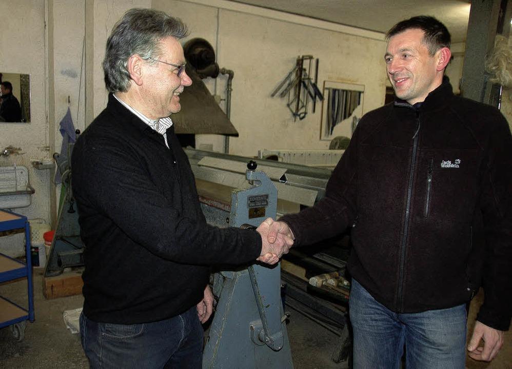 """""""Moch's guet, Hubert!&#822...nitär-Blechnerei an Hubert  Becherer.     Foto: Bernd Fackler"""