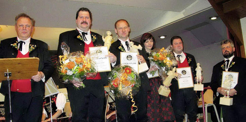 Beim Jahreskonzert der Musikvereins-Tr...links) für 25 Jahre Treue zum Verein.   | Foto: Ulrike Spiegelhalter