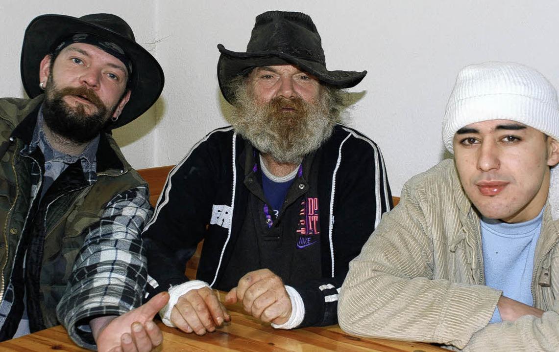 Stefan, Klaus und Rachid (von links na... im St. Ursulaheim auf ihr Tagesgeld.   | Foto: gertrude Siefke