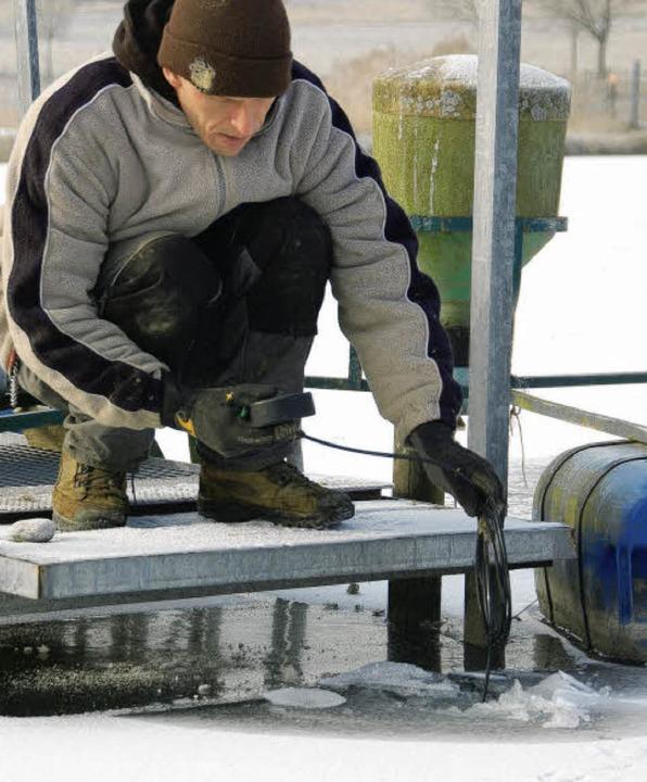 Eisfischen? Nein, Lehrling Urs Ueperma...rt den Sauerstoffgehalt des Wassers.      Foto: Fotos: K. Meyer