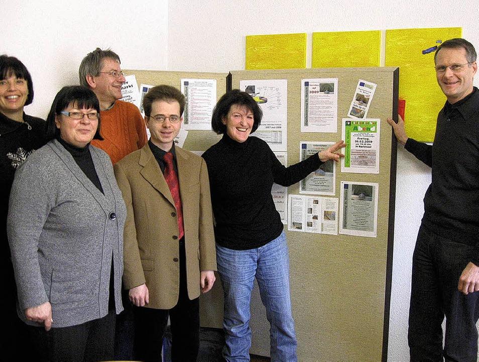 Sie freuen sich über den  Zuwachs an  ...Anneliese Albiez und Pfarrer Fischer.     Foto: Volker  Lübeck
