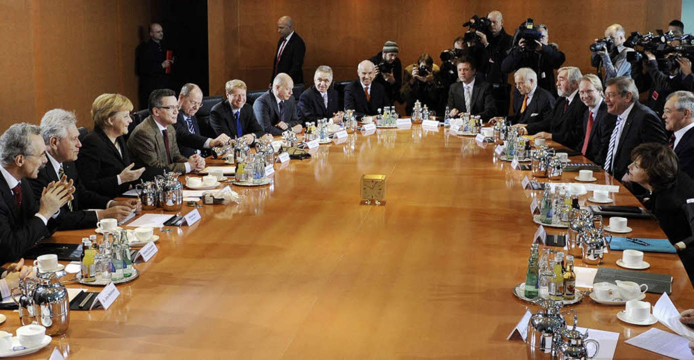 Gruppenbild mit Kanzlerin: Mittelständler beraten die wirtschaftliche Lage.    Foto: dpa
