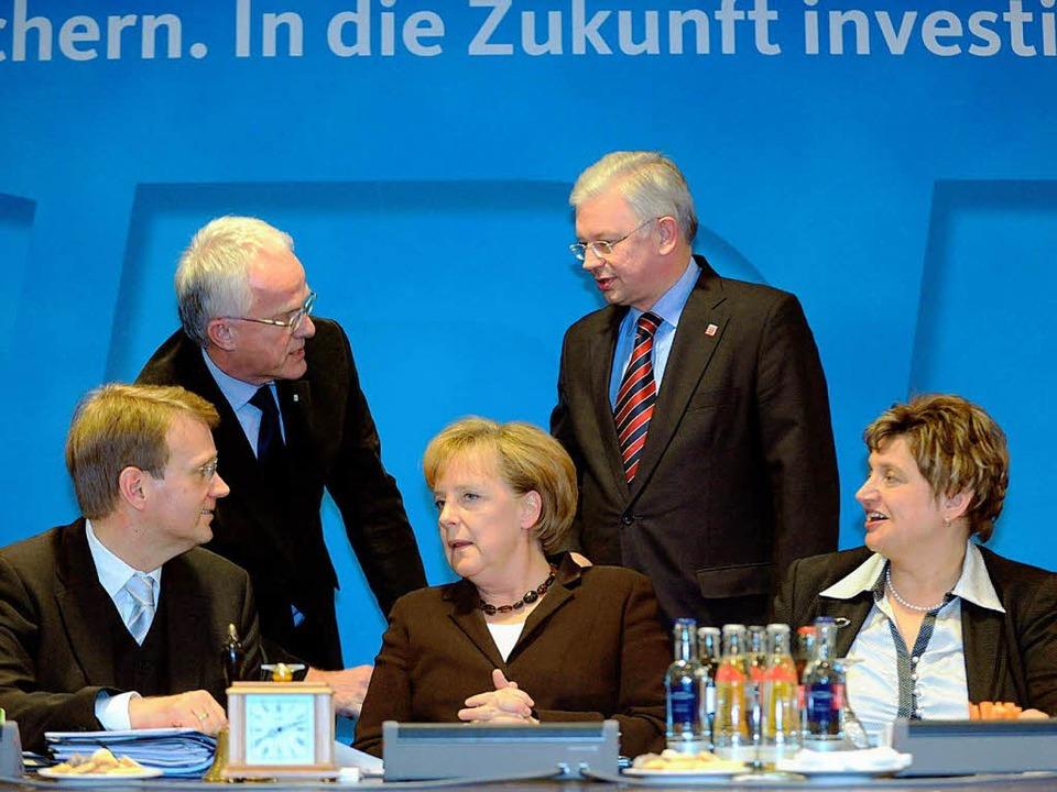 Die Spitze der CDU um Bundeskanzlerin Angela Merkel.  | Foto: dpa