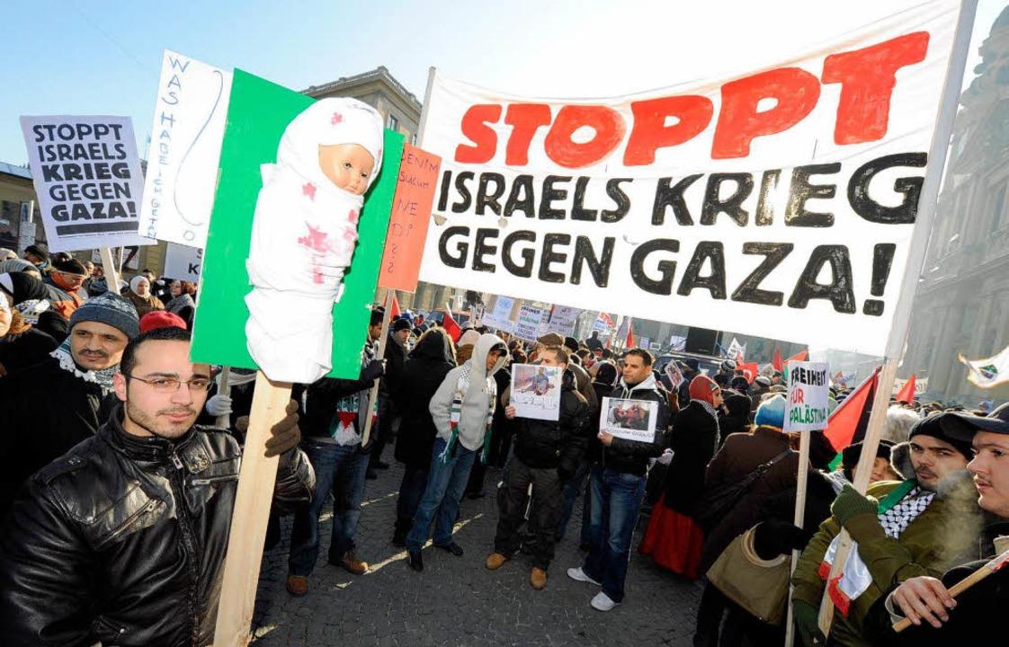 In München protestierten rund 800 Mens...gen die Militäraktion im Gazastreifen.    Foto: dpa