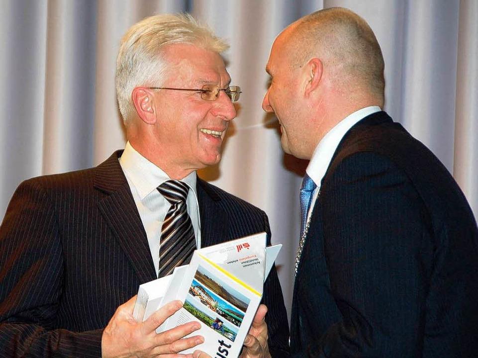 Finanzexperten unter sich: Oberbürgerm...bei Klaus Schmitt für dessen Ansprache    Foto: Sylvia-Karina Jahn