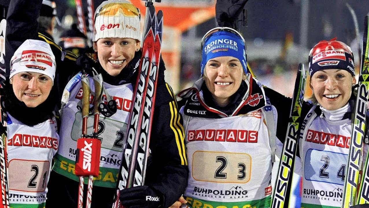 Freuen sich wie die Schneeköniginnen (...ch ihrem Staffelerfolg in Ruhpolding    | Foto: dpa