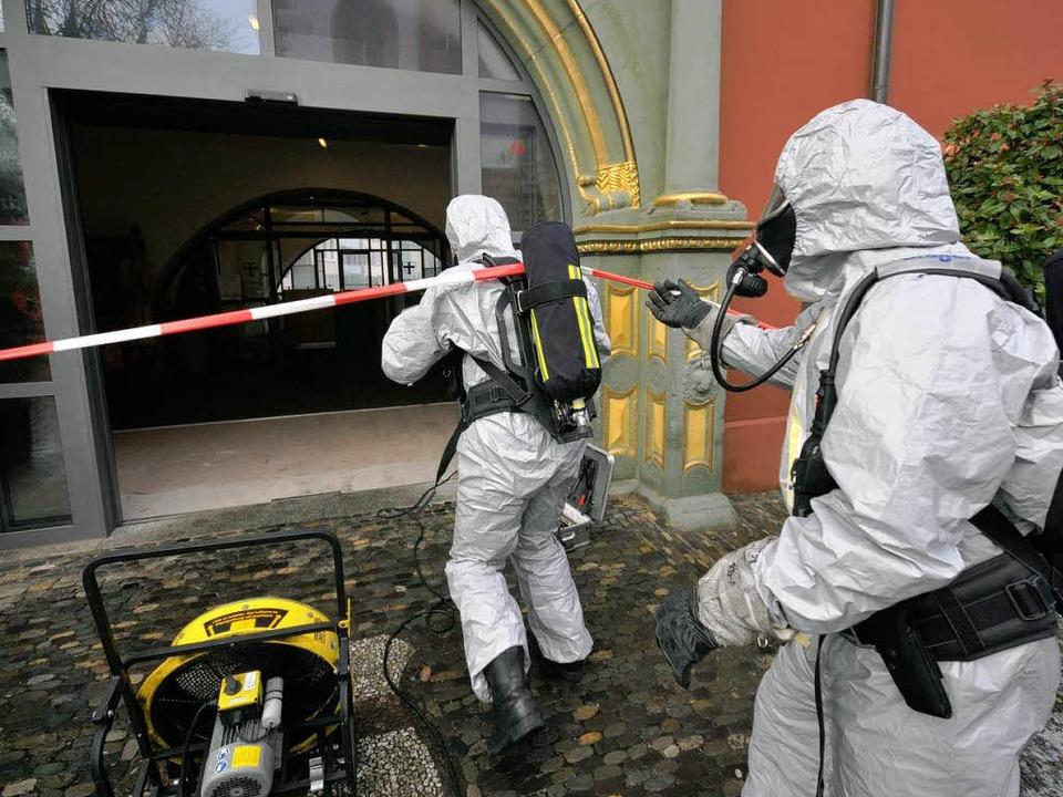 Nase zu und durch: Die Freiburger Feuerwehr bekämpft  den üblen Gestank.  | Foto: Ingo Schneider
