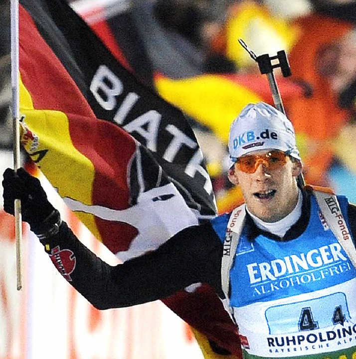 Toni Lang freut sich mit Fahne über Platz zwei.     Foto: dpa