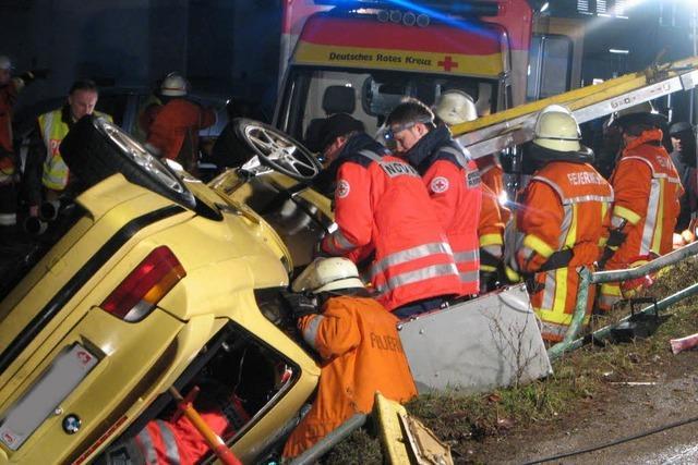 Schwerer Unfall – Rohr bohrt sich in Fahrer