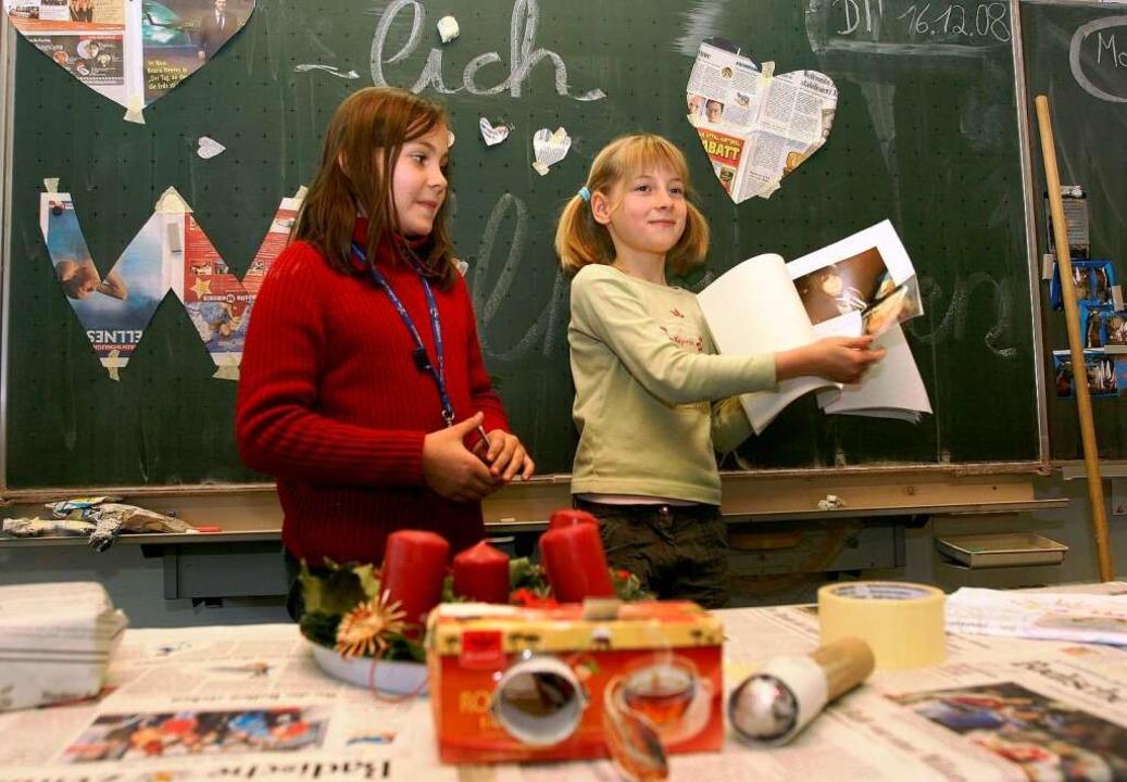 Zisch-Kinder präsentieren, was sie mit und aus der Zeitung alles gemacht haben.  | Foto: Rita Eggstein
